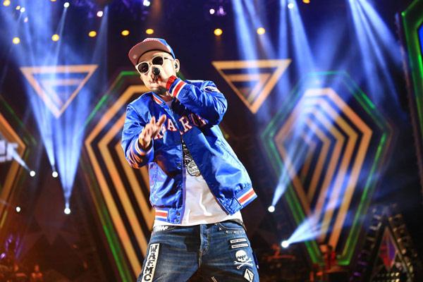 台灣嘻哈天王MC HOTDOG展現出十足街頭酷勁時尚感