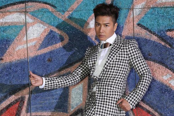 ▲近期推出新歌的歐漢聲,以黑白格紋穿出時尚味。(圖/金牌大風公關照)