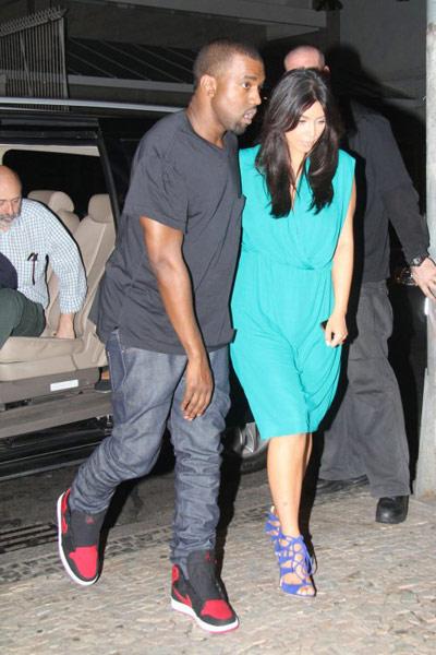 ▲饒舌歌手Kanye West經常穿著Air Jordan系列鞋現身,這雙一代黑紅經典配色復刻版十分搶眼,即便他全身深色服裝,靠一雙AJ就能撐出氣場。(圖/取自Kanye West官方網站)