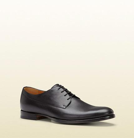 ▲相信很多人對德比鞋不陌生,許多紳士鞋採用這種款式,它的獨特之處在於鞋舌和鞋面使用同一塊皮革,而兩側鞋孔的鞋面屬於開放式,可以翻開方便依照腳型做些許調整。(圖/取自GUCCI官方網站)