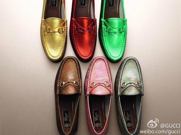 ▲▼1953年GUCCI將經典品牌元素馬銜扣巧妙運用在樂福鞋,該鞋款不只經典不敗,也隨時代轉變推陳出新,將當代的流行重點注入其中。去年GUCCI為了慶祝馬銜扣樂福鞋誕生60周年,推出令人目眩神迷的材質與繽紛色彩。(圖/取自GUCCI官方網站)