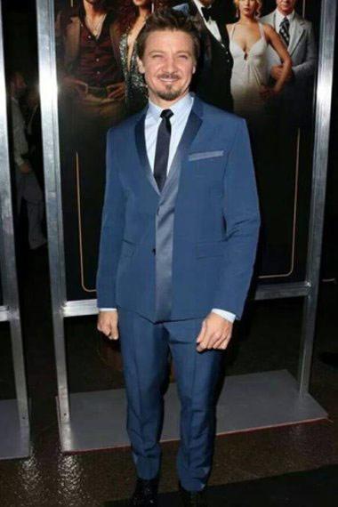 ▲好萊塢知名男星傑瑞米雷納(Jeremy Renner)也曾穿Dior Homme的藍色款西裝出席電影首映,他挑選的這套藍色西裝除了有翻領等有趣的細節外,色調也相當明亮,雖然都是藍色系,但不同光澤的質料拼接讓他的整體造型更加年輕。(圖/取自克里斯伊凡臉書粉絲專頁)