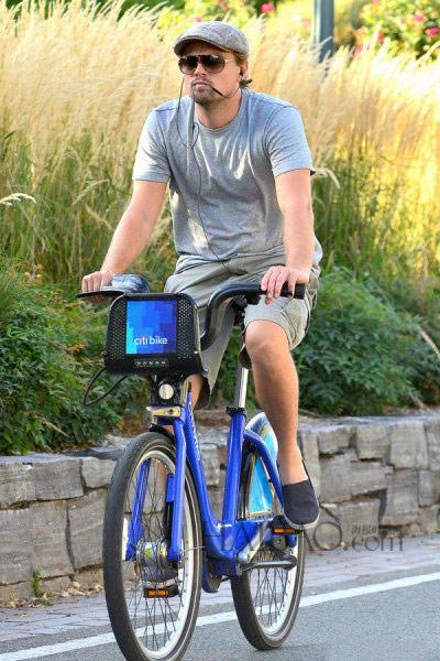 ▲相當愛騎單車的李奧納多的單車時尚,其實就是以素T搭配帽子跟墨鏡等單品為主,雖然看起來很低調,但簡單又時尚的裝扮卻仍蓋不住他濃濃的明星味。(圖/翻攝自HB時尚網)