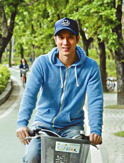 ▲王力宏騎單車時一身休閒裝扮,以連帽運動外套搭配牛仔褲跟棒球帽,全身穿搭以藍色為主,雖然簡單但卻很有他一貫的風格。(圖/取自王力宏微博)