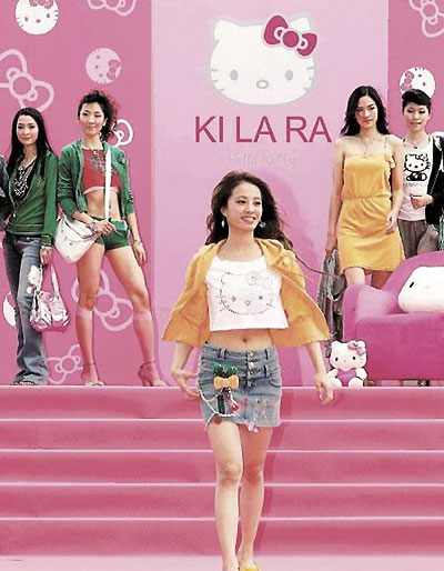 Jolin蔡依林穿著自己設計的KILARA with HELLO KITTY超短裙露臍裝走秀。