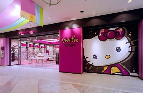 位於東京池袋的Vivitix Tokyo店面,整體採用鮮粉紅色和黑色裝潢設計,門口大大的HELLO KITTY是最適合拍照留念的景點。