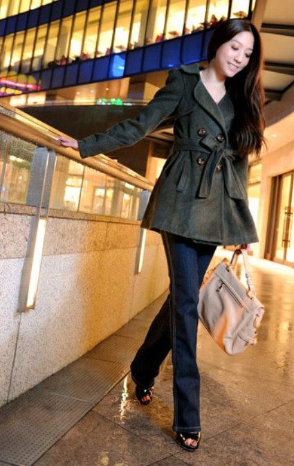 洋裝風衣式的外套讓身材比例看起來更修長