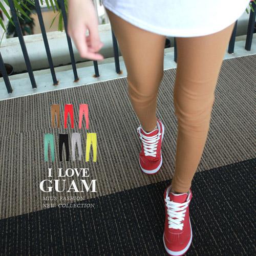 素面貼腿的內搭褲適合做跳色或撞色的搭配。