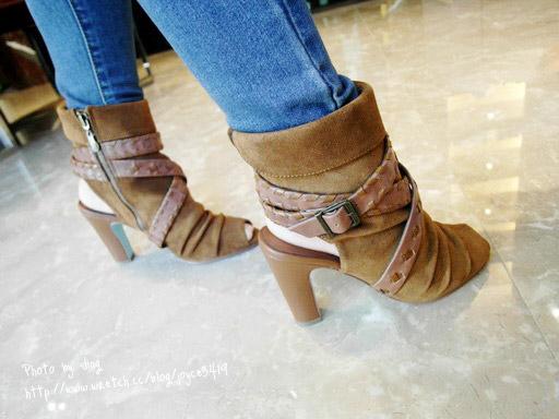 在鞋款內側有做拉鍊設計,穿脫都很方便,加上粗跟設計讓鞋款穿起來頗穩的