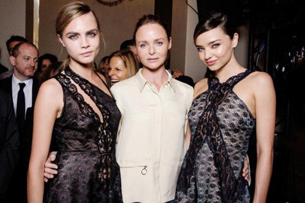 只設計女生夢想華服的Stella Mccartney,2014年春夏巴黎時裝周推出的蕾絲洋裝,由兩個風格完全截然不同的超模走秀