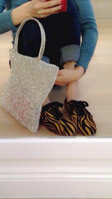 無獨有偶,動物紋絕對是當代時尚代表之一,穿搭超有個人風格的港星鄭秀文,也秀出她的愛鞋。(圖/截取自鄭秀文臉書粉絲團)