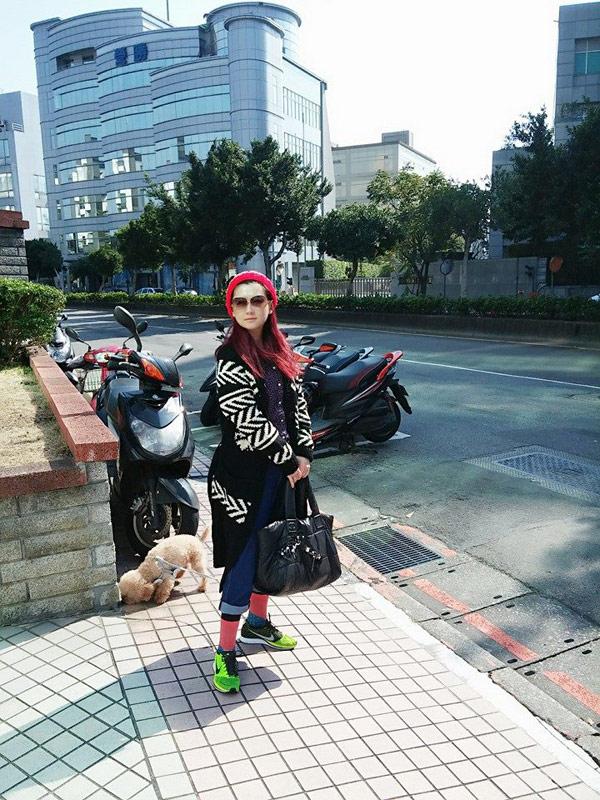 ▲螢光綠NKE鞋搭配上螢光粉紅襪,俏皮又可愛。(圖/截取自Selina臉書粉絲團)
