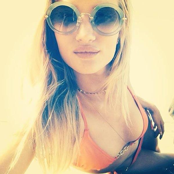▲曾出演《變形金剛3》女主角的蘿西杭亭頓就是墨鏡的愛好者,到海邊時配上一支墨鏡絕對是最佳選擇,更可稱作是必備裝扮呢!(圖/取自蘿西杭亭頓Instagram)