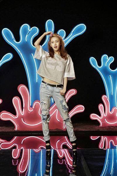 ▲刷破男友褲搭配高跟鞋,跳TONE搭配也好時尚。(圖/擷自4Minute南韓官方粉絲團)