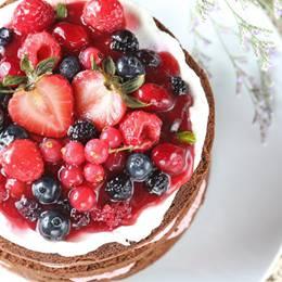 特製莓果卡士達結合,配上柔軟的巧克力戚風蛋糕