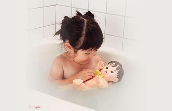 用浴缸裡剩下的熱水來清潔洗衣槽