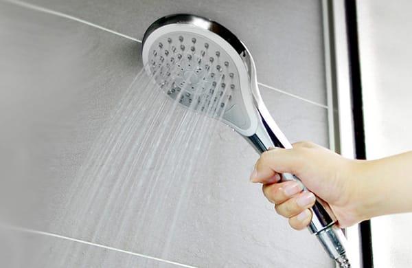 用熱水或冰水洗臉