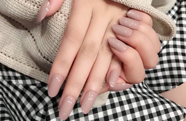 工作模式代表款,能讓手指更纖長的「裸色款」