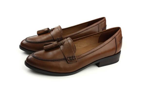 咖啡色休閒鞋