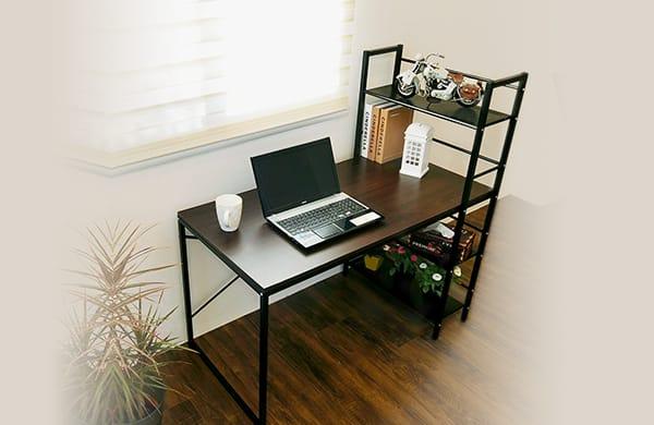 附層架的電腦桌