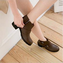 率性帶釦粗跟短靴