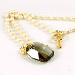 珍珠鍊墜深灰寶石綴鑰匙 長項鍊
