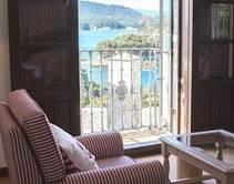 一張含有 窗戶, 室內, 起居, 沙發 的圖片  產生非常高可信度的描述