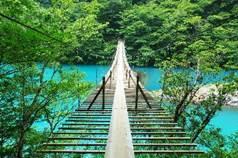 靜岡「夢之吊橋」用木板拼接而成 體驗步步驚心的搖晃刺激感
