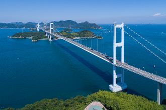 一張含有 天空, 水, 室外, 橋 的圖片  描述是以非常高的可信度產生