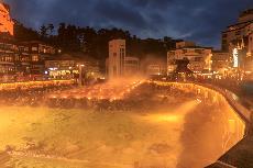「草津溫泉」擁有天然溫泉瀑布與溫泉煙霧 浪漫泉景渾然天成
