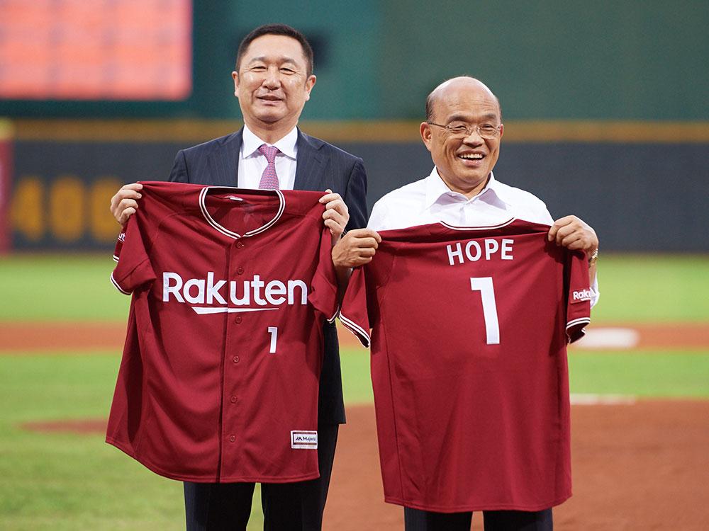 為感謝蘇貞昌院長對交流賽的支持,日本樂天集團副社長穂坂雅之代表致贈禮物,感謝台日棒球交流的厚誼