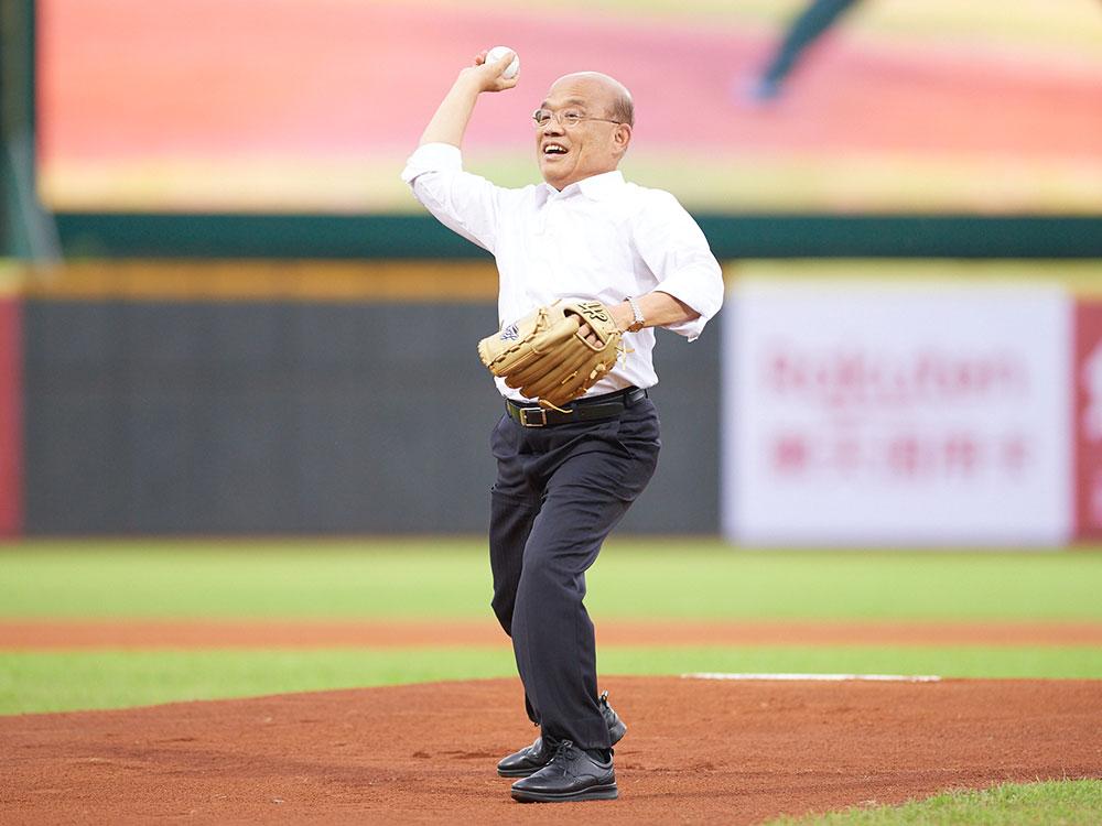 行政院長蘇貞昌在歡呼聲中走上投手丘開球