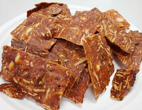 較硬脆且口感厚實的津永肉乾-原味杏仁脆片