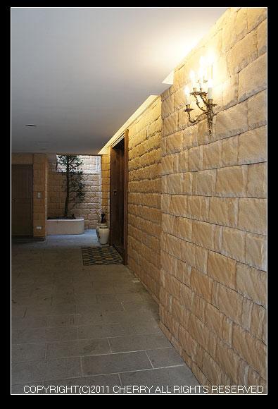 大石頭砌成的外牆,豪華氣派到不行。