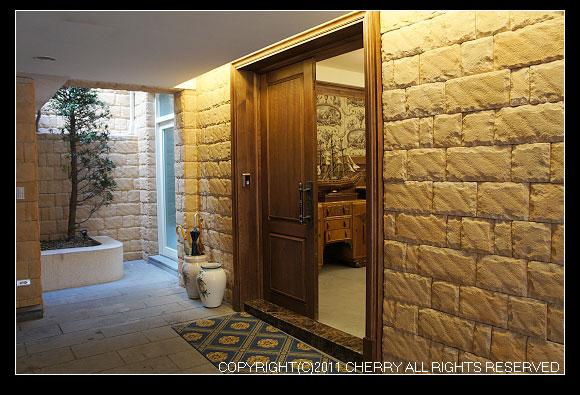 大石頭砌成的外牆,豪華氣派到不行~從入口處就可以看到玄關旁有做帆船呢~