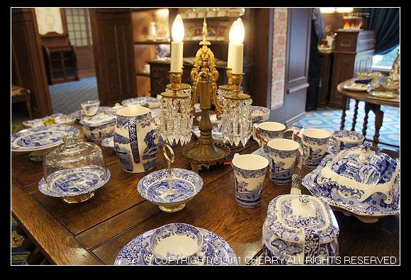 一進大門望眼過去,都是這高貴的瓷具和一堆我看不懂怎麼使用的餐具啦~