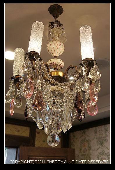最吸引我的就是那掛在天花板上亮晶晶的水晶燈~可別小看這些燈具喔!這些燈具都是正宗的水晶燈,而且每一盞都不一樣呢!