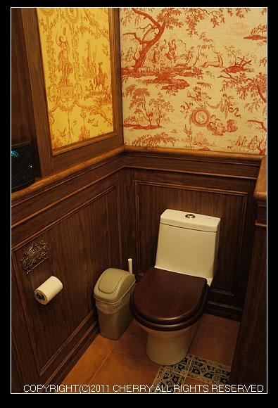 就連廁所也古色古香別有一般風情喔~連馬桶蓋都是不一樣的呢~