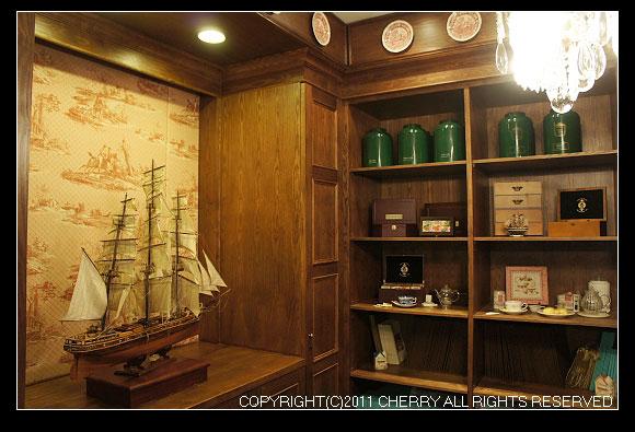 一上樓看到的就是水晶裝飾和其他的展示櫃~還有一艘船喔~
