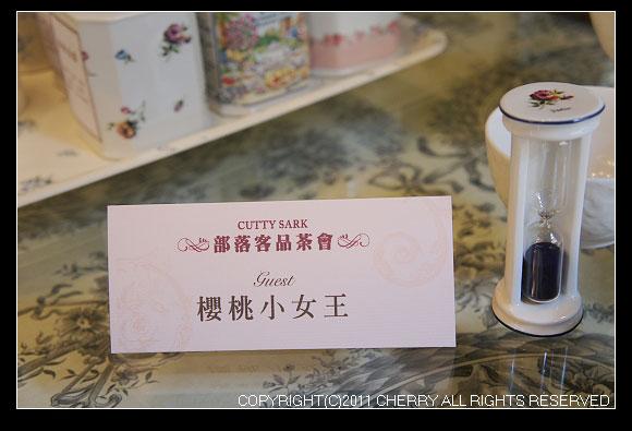 每個部落客都有個專屬的名牌喔~而且我還有注意到桌子面是勘有美麗花布布置的桌面喔~