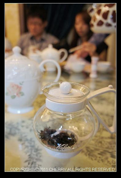 計量紅茶的茶匙一平匙大約是3g~如果衝上300-340C.C的水大約是要用上6g(2匙)的紅茶量,太多茶味會太澀喔~
