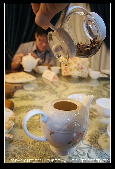 3分鐘後,要儘速的把紅茶倒出來~這樣才不會泡太久喔!最後一滴最珍貴的黃金滴因味最濃郁所以不能留在壺裡喔~