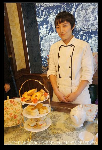 卡提撒克Cutty Sark Tea請到了一位日本的師傅-手井梨惠,然後由Kelly協助翻譯手井師傅介紹這天為我們準備的美味點心~