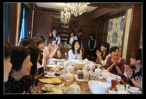 你看~部落客們笑的都非常開心呢~大家都享受了一場貴婦級的下午茶饗宴~