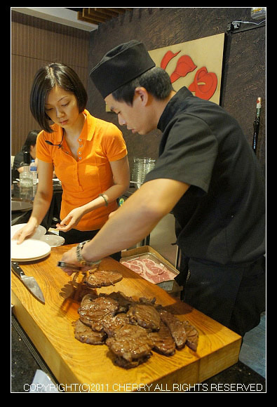 主廚正在處理牛肉