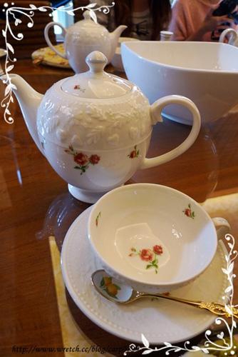 桌上已經備好茶具。