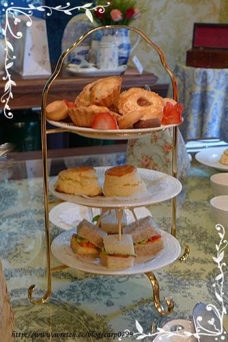 三層英式下午茶,由上而下分別是蘋果派、手工餅乾、國王思康和三明治。