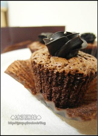 可以看出蛋糕體還蠻軟蠻濕潤的喔~