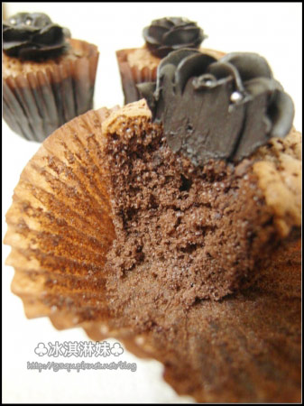 來個橫剖面,玫瑰真的是用很紮實的巧克力製成的。