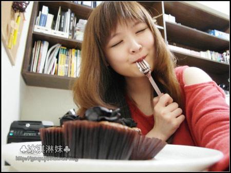 一塊巧克力蛋糕配一杯熱茶,這樣的下午茶讓我的表情好幸福~
